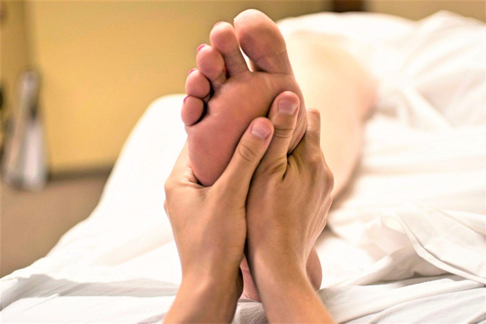 riflessologia massaggio organi interni benessere tecniche alternative terapie naturopatia cupping coppettazione flusso sanguigno cellulite sangue benessere massaggio tecnica