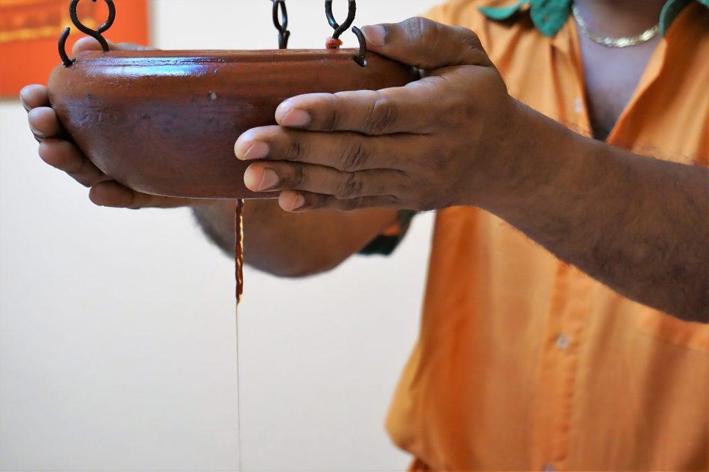 Ayurveda per tutti, massaggio ayurvedico massaggio acqua olio shirodhara corso on line
